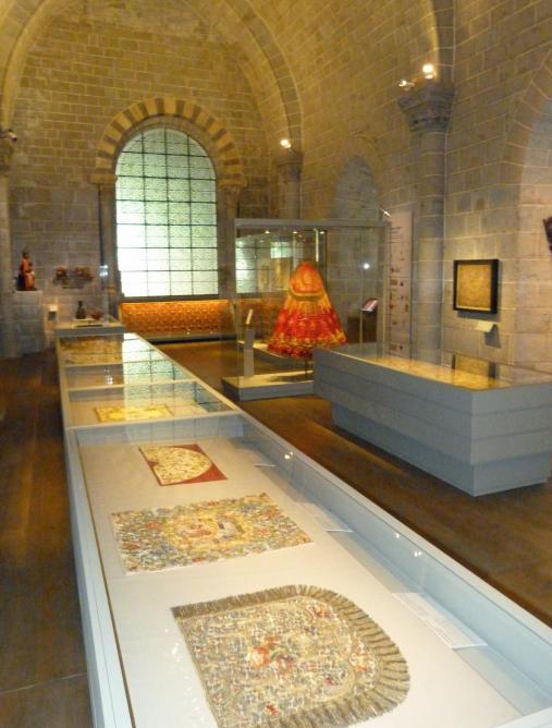 Figure 2 : Les vitrines plates avec les trois premières œuvres commentées.